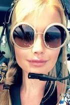 Lady Kitty Spencer, die Tochter von Lady Dianas Bruder Charles, ist eingefragtes Model und Influencer. Dieses witzige Sonnenbrillen-Selfie aus dem Helikopter teilt die Britin mit ihren Fans auf Instagram. Durch die runde XL-Brille von Dolce & Gabbana erkennt man die Cousine von Prinz Harry und Prinz William auf den ersten Blick fast gar nicht. Wir musste zweimal hinschauen, um die royale Schönheit zu erkennen.