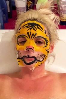 Von wegen wilder Tiger! Ganz verschlafen gönnt sich Daniela Katzenberger eine tierische Gesichtsmaske, aber die macht aus ihr nicht gerade eine Raubkatze. Dann chill' mal schön weiter, Dani!