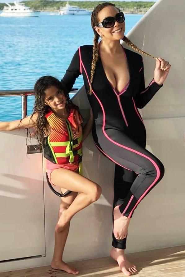 ... kurz darauf steht sie mit Tochter Monroe vor der Kamera und zeigt ihrem Mini-Me, wie man alsechte Pop-Diva auf einer Yacht posiert.