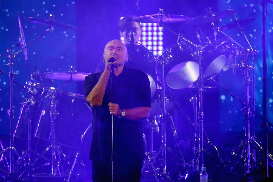 Phil Collins mal nicht am Schlagzeug. Den Job übernimmt hier sein Sohn Nicholas für ihn. Vielleicht demnächst auch als Drummer in der Band Genesis?