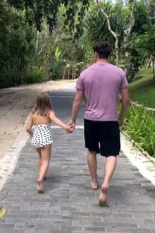 """16. August 2018  Hand in Hand hüpfen Harper und Brooklyn den Weg entlang. """"Harper liebt ihren großen Bruder so sehr"""" schreibt Mama Victoria zu diesem süßen Post auf Instagram."""