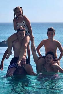 16. August 2018  Mit diesem schönen Familienschnappschuss senden die Beckhams via Instagram Küsse an ihre Fans.
