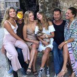 16. August 2018  Familie Schweiger (Emma, Valentin Florian, Luna, Lilli, Til und Dana) ist zu einem gemeinsamen Brunch zusammengekommen. Dabei entsteht dieses wunderschöne Familienfoto.