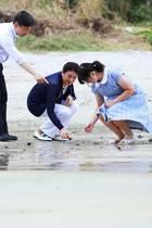 16. August 2018  ... Am Mitsui Beach begeben sich Kronprinz Naruhito, Kronprinzessin Masako und Prinzessin Aiko auf Muschelsuche.