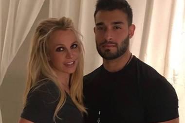 Auf denersten Blick ist uns sofortBritney Spears' schlanke Mitte aufgefallen, die sie auf Instagram an der Seite ihres Freundes Sam Asghari mit Crop-Topin Szene setzt. Beim zweiten Blick wurden wir allerdings stutzig: Irgendwieschautdie Sängerinnicht nur verkrampft aus, auch ihr Bauch zeigt eine unnatürliche Wölbung - nach innen?! Entweder kann Britney nicht mit Photoshop umgehen oder aber sie zieht schlicht und einfach ihren Bauch ein. So oder so: Britney, das hast du gar nicht nötig!
