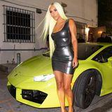 Das lange, quietschgelbe Haar hat sie farblich auf den Lamborghini abgestimmt und zieht so alle Blicke auf sich.