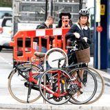 Beim Verstauen ihres Rucksacks trägt Pippa Middleton ihren Helm vorbildlich auf dem Kopf. Eigentlich klar, dass Sicherheit bei derjüngeren Schwester von Herzogin Catherine gerade während der Schwangerschaft und in einer Stadt wie London an erster Stelle steht. Doch nur kurze Zeit später sieht das ganz anders aus...
