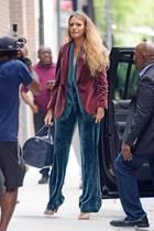 Statt eines Shirts trägt Blake Lively unter ihrem dunkelroten Blazer noch einen petrolfarbenen Blazer. Dazu kombiniert sie die passende Hose und hohe Heels. Ihr blondes Haar trägt sie offen. Bei 32 Grad scheint sie jedoch wegen eines Fotoshoots so gekleidet zu sein