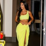Am nächsten Abend trägt Kim erneut ein farbenfrohes Outfit. In einem Zweiteiler in Knallgelb und mit dunklen, langen Haaren macht sie ebenfalls eine gute Figur. Und wieder scheint sie Outfit und Auto aufeinander abgestimmt zu haben...