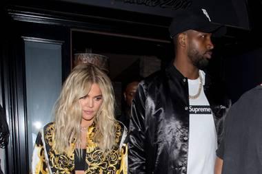 Diesem Bild nach zu urteilen hängt der Haussegen bei Khloé Kardashian und dem Vater ihrer Tochter True, Tristan Thompson immer noch nicht wieder ganz gerade. In einem Komplett-Look von Versace verlässt sie mit ihm ein Restaurant in West Hollywood.