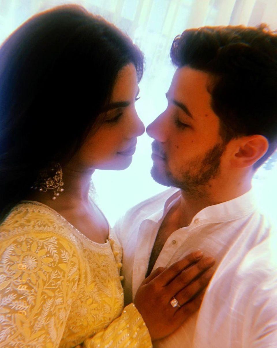"""Endlich bestätigt! Seit Wochen wurde über die Verlobung von Nick Jonas und Priyanka Chopra gemunkelt, jetzt ist es raus: """"Die zukünftige Frau Jonas. Mein Herz. Meine Geliebte"""", schreibt der 11-Jahre jüngere Sänger zu einem Bild von sich und der Schauspielerin, auf dem sie sich tief in die Augen schauen."""