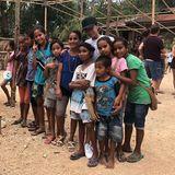 17. August 2018  Familie Beckham unterbricht ihren Bali-Urlaub für einen Moment und widmet sich in Indonesien bedürftigen Kindern. Die Sumba-Foundation setzt sich vor Ort für die Gesundheitsversorgung ein und bietet den benachteiligten Kindern ein Bildungsprogramm.