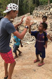 17. August 2018  Ein liebevolles High five bekommt dieser Junge von Romeo Beckham.