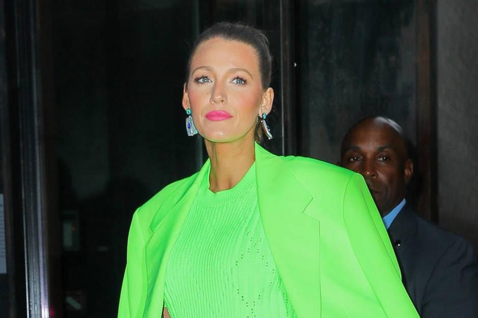 Wer nicht wagt, der nicht gewinnt: Blake Lively zieht in einem neongrünen Hosenanzug für Männer alle Blicke auf sich.