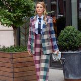 Auch dieser Anzug ist bunt gemustert und wird von Blake Lively gewagt kombiniert: Mit hellblauemHemd und mit Krawatte, der geflochtene Zopf gibt dem Look von Roland Mouret das feminine Etwas.