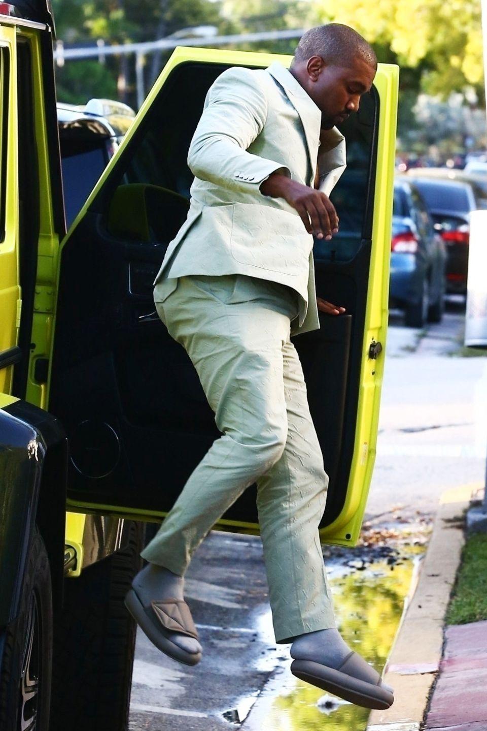 18. August 2018  Egal wo Kanye West und Kim Kardashian auftauchen, sorgen sie für großes Aufsehen. In Miami will das Promi-Paar eigentlich nur schnell ein Eis essen und hat dabei mit einigen Hindernissen zu kämpfen: Beim Aussteigen aus dem Auto muss Kanye eine Pfütze überspringen ...