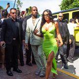 18. August 2018  ... Den Weg aus dem Auto haben sie geschafft. Schon werden Kanye West und Kim Kardashian von zahlreichen Fans und Paparazzi belagert ...