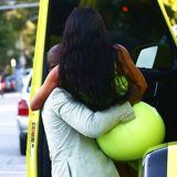 18. August 2018  ... Nach einer kleinen Verschnaufpause und einem leckeren Eis, wird der hohe Einstieg ins Auto für Kim zur Falle. Weil ihr Kleid so eng ist, muss Kanye seiner Frau kurzerhand zur Hilfe eilen und sie ins Auto tragen.
