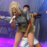 Rita Ora gibt bei einem Festival-Auftritt in Chelmsford alles! Die Sängerin performt in einem knappen Kleidchen mit Farbverlauf und scheint sich so in ihrer Musik zu verlieren, dass sie zu spät bemerkt, welch private Einblicke sie gibt...