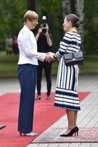 Prinzessin Victoria wird in Estland vonPräsidentinKersti Kaljulaid in Empfang genommen. DasDolce&Gabbana Kleid mit Streifen in den Farben der estnischen Flagge; Blau, Weiß und Schwarz ist an sich perfekt gewählt. Dazu kombiniert sie eine schwarze Tasche von Valentino und schwarze Pumps. Die wiederumscheinen nicht die perfekte Wahl gewesen zu sein...