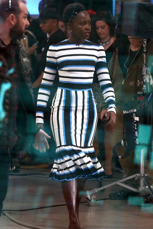 Auch Oscar-Gewinnerin Lupita Nyong'o hat das gestreifte Kleid von Dolce&Gabbana schon getragen. Für einen Fernsehauftritt im gleichen Monatkombiniert sie das Kleid zu schwarzen Pumps.
