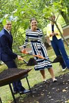 19. August 2018  Im Kadriorg Park pflanzen Daniel und Victoria unter Aufsicht der Präsidentin gemeinsam einen Baum.