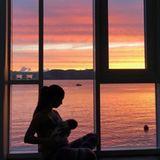 """""""Sonnenuntergang mit meinem kleinen Wikinger"""", postet Schauspielerin Sila Sahin. Vor atemberaubender Sonnenuntergangskulisse stillt sie ihr Söhnchen."""