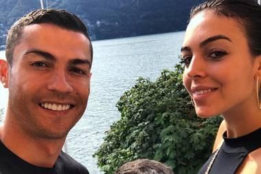 15. August 2018  Fußballstar Cristiano Ronaldo genießt seine Zeit mit der Familie. Auf dem Foto posiert der Neuzugang von vmit seinem ältesten Sohn Cristiano Jr. und seiner FreundinGeorgina Rodríguez.