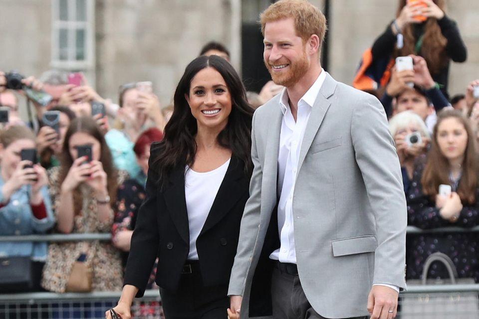 Wie gut, dass Herzogin Meghan ihren geliebten Anzug bei einem Termin in Irland trägt. Hier kann sie der Queen definitiv nicht über den Weg laufen.