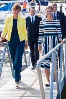 19. August 2018  Es beginnt ganz harmlos beim royalen Besuch in Estland: Estlands Präsidentin Kersti Kaljulaid, Prinz Daniel undPrinzessin Victoriaauf dem Weg zum Gottesdienst und zur Wiedereinweihung der renovierten Maarja-Kirche auf der Insel Naissaar ...
