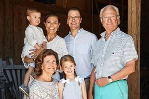 20. August 2018  Auch die Großeltern Königin Silvia und König Carl Gustaf lassen es sich nicht nehmen, auf einem wunderschönen Familienfoto mit ihrer Tochter, dem Schwiegersohn und den süßen Enkelnverewigt zu werden.