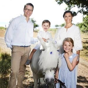 20. August 2018  Royal-Fans können sich wieder freuen: Jeden Sommer teilen Prinzessin Victoria und Prinz Daniel zauberhafte Familienfotos. Dabei sind der fröhliche Oscar und seine Schwester Estelle selbstverständlich die kleinen, großen Stars ...