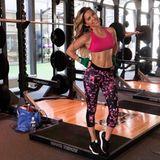 Sylvie Meis bringt das Girly-Feeling an die Squat-Stange. Ihr sportliches Ensemble ist pink und trumpft mit einem Batik-Muster auf.