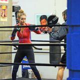 Beim Boxen trägt Gigi Hadid ein Oberteil, das durch den Rotton viel Stärke und Power vermittelt. Besonderes Detail: Auf ihren Handschuhen steht ihr Vorname.