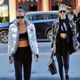 Im Doppelpack wirken die Hadid-Schwestern, Bella und Gigi, noch cooler als allein. Sie haben richtig spacige Sport-Bras an. Die Jacken kommen natürlich aus.
