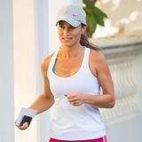 Zum schlichten weißen Top trägt Pippa Middleton bei ihrem City-Run eine pinke Shorts, die farblich für den Knaller sorgt.