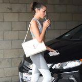 Olivia Culpo nimmt zum Fitness statt der typischen Sporttasche lieber ihre It-Bag von Saint Laurent mit. Ihr Outfit samt Schuhen lässt sie auf dem Heimweg nämlich einfach an.