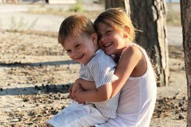 20. August 2018  Diese Geschwisterliebe dürfte Mama Victoria wohl des Öfteren Tränen in die Augen treiben: Prinzessin Estelle knuddelt ihren kleinen Bruder Prinz Oscar ...