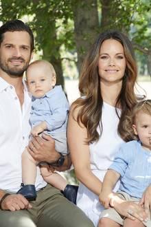 Auch Prinz Alexander(unten rechts) und sein kleiner Bruder Prinz Gabriel geben ein niedliches Bild ab: In farblich abgestimmten, sommerlichen Hemden posieren sie auf dem Schoß ihrer Eltern für die Fotografin.