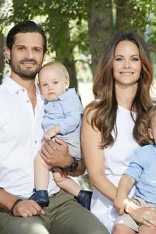 20. August 2018  Was für ein tolles Familienfoto: Prinz Carl Philip mit Söhnchen Gabriel und Prinzessin Sofia mit Sohn Alexander.