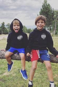 """13. August 2018  Seltenes Foto: Fußball-Ass Gerard Pique teilt ein Foto seiner Kinder Milan und Sasha. """"Die Brüder!"""", postet er zu dem niedlichen Foto. Mama Shakira dürfte das tolle Bild ebenfalls gefallen."""