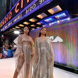 Die R'n'B-Schwestern Chloe und Halley Bailey sorgen mit ihren Haute-Couture-Kleidern von Irisvan Herpen für echte Hingucker.