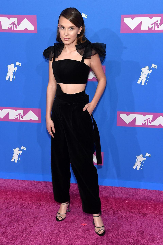 """""""Stranger Things""""-Star Millie Bobby Brown gibt sich im bauchfreien Samt-Dress von Rosie Assoulin fast zurückhaltend."""