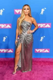 Jennifer Lopez gehört mit ihrem glamourösen Metallic-Look von Atelier Versace noch zu den Fashion-Highlights der diesjährigen MTV Video Music Awards in der New Yorker Radio City Music Hall.