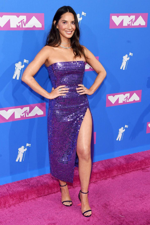 Olivia Munn strahlt im lilafarbenen Disco-Look von David Koma.