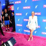 Fast schon unspektakulär zeigt sich Kylie Jenner im weißen Blazer-Dress von Tom Ford auf dem pinkfarbenen Teppich der VMAs.
