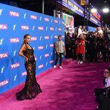 Rita Ora zeigt sich im verschlungenen Couture-Kleid von Jean Paul Gaultier ganz freizügig.