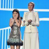 Anna Kendrick setzt für ihren Auftritt bei den VMAs auf einen kurzen Glitzer-Look von Ralph & Russo, Blake Lively bleibt ihrer derzeitigen Vorliebe für Anzüge mit weiten Marlene-Hosen treu. Der weiße Couture-Look stammt ebenfalls von Ralph & Russo.