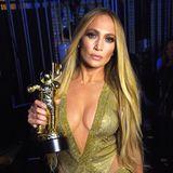 Gewohnt sexy ist auch dieser gold-grüne Bühnen-Look von VMA-Gewinnerin J.Lo.