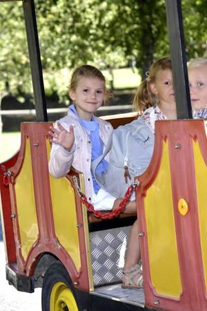 21. August 2018  Noch einmal winken zum Abschied: Mit ihren neuen Mitschülern wird Estelle von der bunten Bimmelbahn zurVorschule der Campus Manilla Grundschule in Stockholm gefahren.